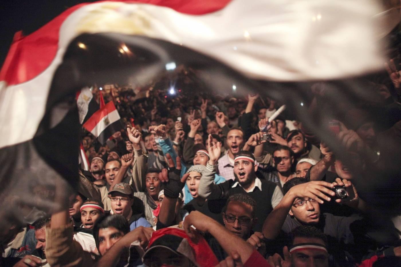 Egyptere feirer nyheten om at Mubarak går av som president i februar 2011. Foto: AP Photo/Tara Todras-Whitehill.