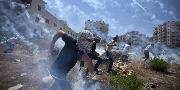 Palæstinenserne demonstrerer mod krigen i Gaza i august 2014 og bliver mødt med tåregas