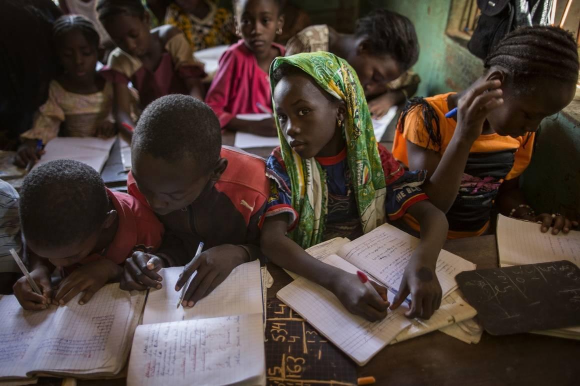Uddannelse er en afde vigtigste tiltag for atskabe bæredygtig udvikling. Her sesbørn på skolebænken i Gao, Mali (2014). Foto: UN Photo/Marco Dormino