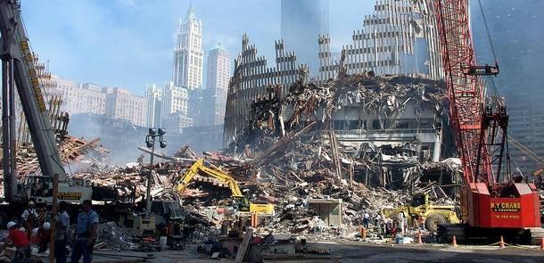 Islamnetværketal-Qaida påtog sig skylden for terrorangrebet modUSA 11. september 2001. Billedet viser ruinerne afWorld Trade Center, kendt som Ground Zero, en uge efter angrebet. Foto: UN Photo/Eskinder Debebe.