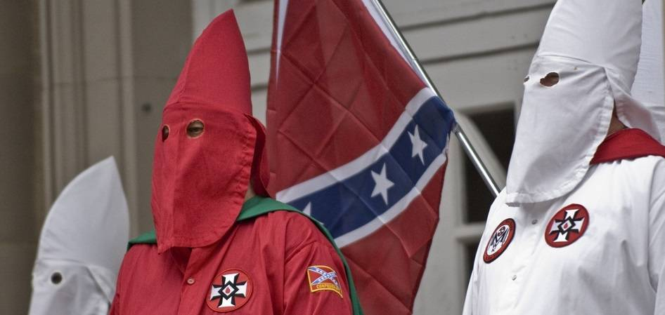 Ku Klux Klan (KKK) er en hvid, kristen og racistisk ekstremist-organisation i USA. I sin storhedstid i 1920'erne havde organisationenflere millioner medlemmer. Frygten, haddet og volden var rettet mod jøder, katolikker og sorte. Foto: Flickr/Martin
