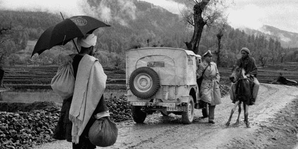 En FN-observatør spørger en lokal på hest om vej i 1955