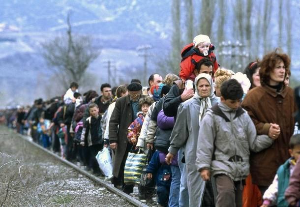 En kø af flygtninge langs en toglinje ud fra Blace-området