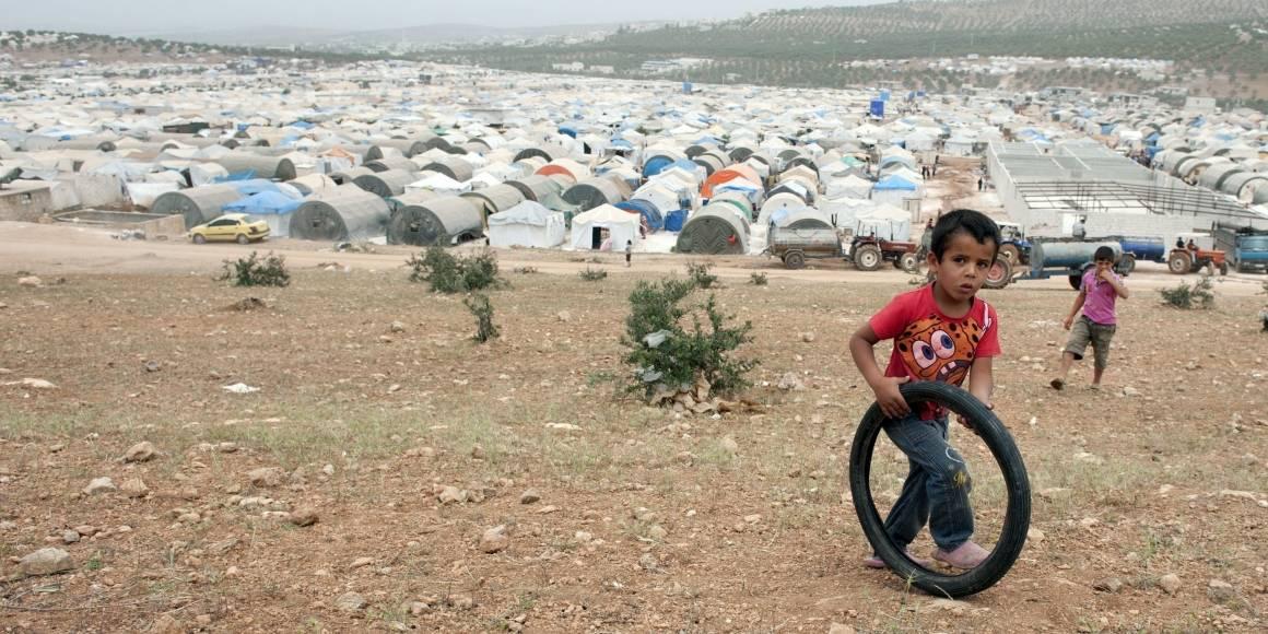 """I flygtningelejren """"Hands of Cooperation"""" er borgerne flygtet fra tøndebombning og artilleriangreb på byer og landsbyer. Børnene i lejren har meget lidt at lave (Foto: Andree Kaiser / MCT / Sipa USA)."""