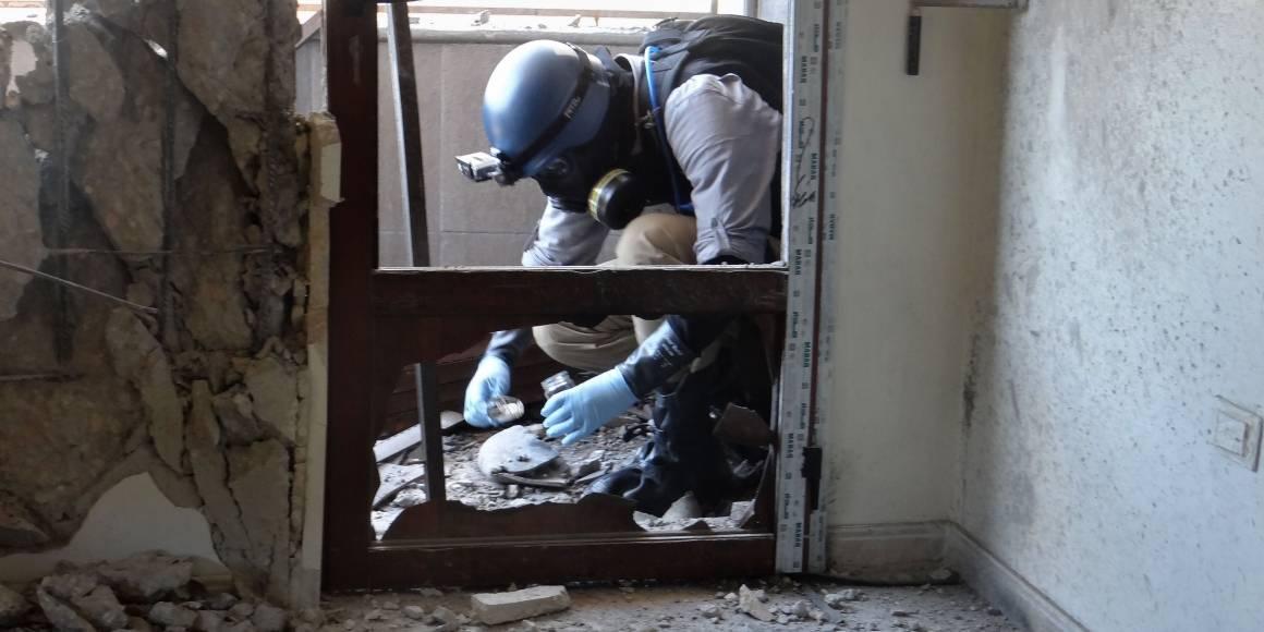 En våben ekspert fra FN tager prøver i Ghouta, hvor missiler, der angiveligt indeholdt kemiske våben, faldt i august 2013 (Foto: AFP Foto / Ammar Al-Arbini).