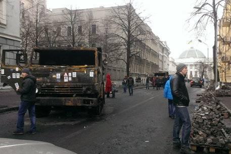 Palaneita ajoneuvoja ja tiiliskiviä Ukrainan pääkaupungin kaduilla.