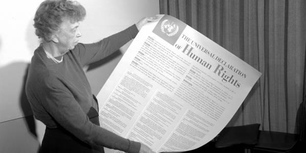 USAs repræsentant i udkastkomiteen, Eleanor Roosevelt, holder et færdigt eksemplar af Verdenserklæringen for menneskerettigheder op. Foto: UN Photo.