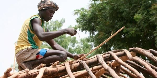 Mand reparerer sit tag efter, at han er vendt tilbage til byen Paoua