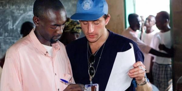 En valgobservatør fra FN hjælper en mand