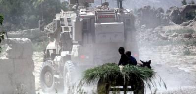 Afghanske børn følger efter pansrede køretøjer