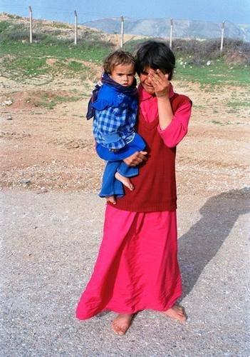 En kurdisk kvinde med sit barn på flugt