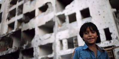 En palæstinensisk dreng står uden foran et hus, der er blevet ødelagt af israelske bomber i byen Beit Lahia i Gazastriben. Billedet er taget timer før en våbenhvile mellem parterne skulle til at ende