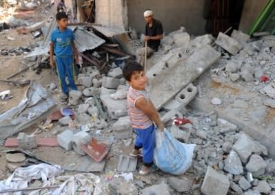 Palæstinensiske drenge i ruinerne af deres hjem efter Israel's bombardementer af Gaza striben. Det sydlige Gaza, August 2014, UN Photo