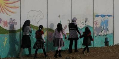 I Palæstina adskiller Israel's kæmpemæssige og lange mur en familie fra resten af landsbyen (Foto: Ida Jørgensen Thinn).