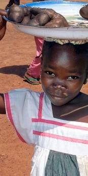 En pige sælger mad i hovedstaden Bangui