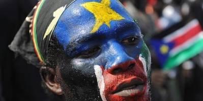 En sydsudaner malet med det sydlige Sudans flag i ansigtet