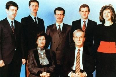 Assad familien har været ved magten i Syrien siden, Hafez al-Assad begik et militærkup i 1971. Siden 2000 er det sønnen Bashar al-Assad (nummer to fra venstre i bageste række), som har været præsident i landet