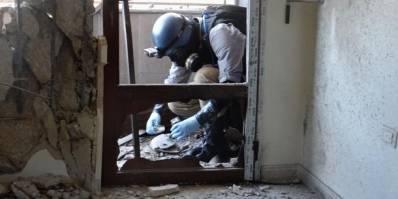 En våben ekspert fra FN tager prøver i Ghouta, hvor missiler, der angiveligt indeholdt kemiske våben, faldt i august 2013