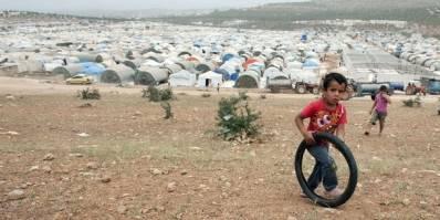 """I flygtningelejren """"Hands of Cooperation"""" er borgerne flygtet fra tøndebombning og artilleriangreb på byer og landsbyer. Børnene i lejren har meget lidt at lave"""