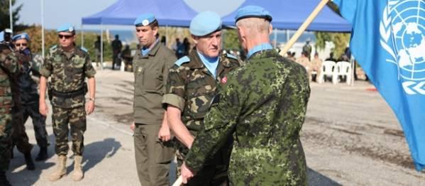 Danske oberstløjnant Steen Møler Petersen overdrager FN-fanen til UNIFIL's chef