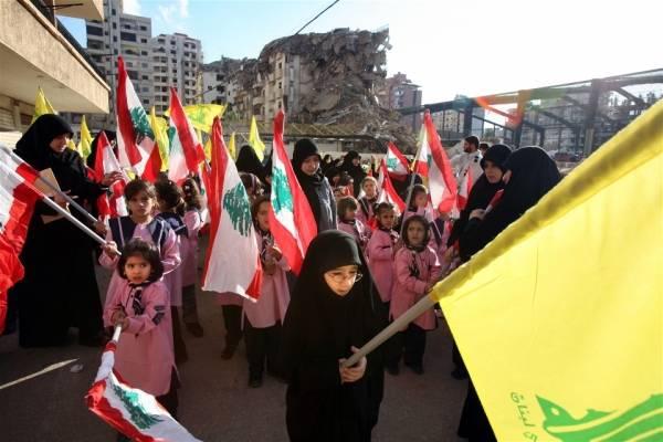 Unge demonstranter i Beirut, i ruinerne efter bombeangreb, efteråret 2006. Konflikten mellem Israel og Hizbollah ødelagde byer og landsbyer (Foto: Manoocher Deghati/IRIN)