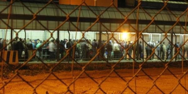 Palæstinensere, som arbejder i Israel, står i kø for at komme gennem kontrolposten i Qalqilia. Foto: Ida Jørgensen Thinn