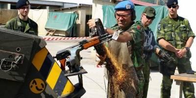En soldat i KFOR-styrken ødelægger et ulovlig våben i Kosovo. I 2007 blev det anslået, at det var 300.000 ulovlige våben i Kosovo. Foto: UN Photo
