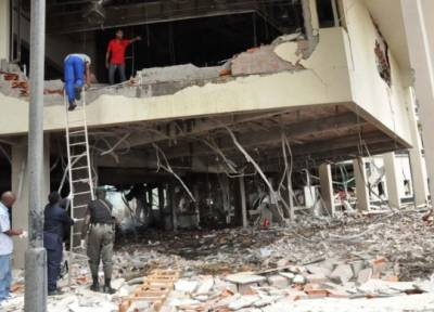 FN-kontoret i Abuja efter en bilbombe eksploderede i august 2011 (Foto: Henry Chukwuendo / AFP).