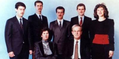 Assad familien har været ved magten i Syrien siden, Hafez al-Assad begik et militærkup i 1971. Siden 2000 er det sønnen Bashar al-Assad (nummer to fra venstre i bageste række), som har været præsident i landet (Foto: Wikimedia / Creative Commons).