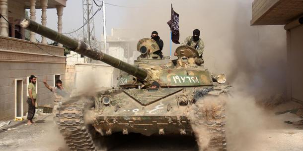 Efter at det brød ud i kampe mellem islamistgrupperne IS og al-Nusra i Syrien, blev IS smidt ud af al-Qaida